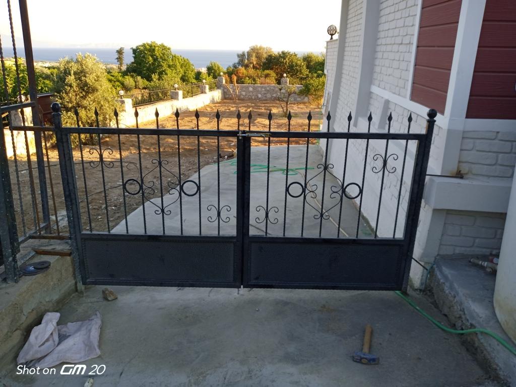 Demir bahçe kapısı